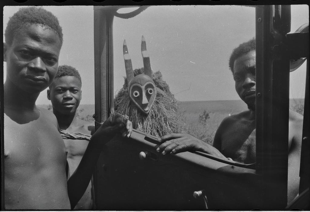 Maske und Auto. Hans Himmelheber, Kongo, 1938. SW-Negativ © Museum Rietberg, Geschenk Erbengemeinschaft Hans Himmelheber