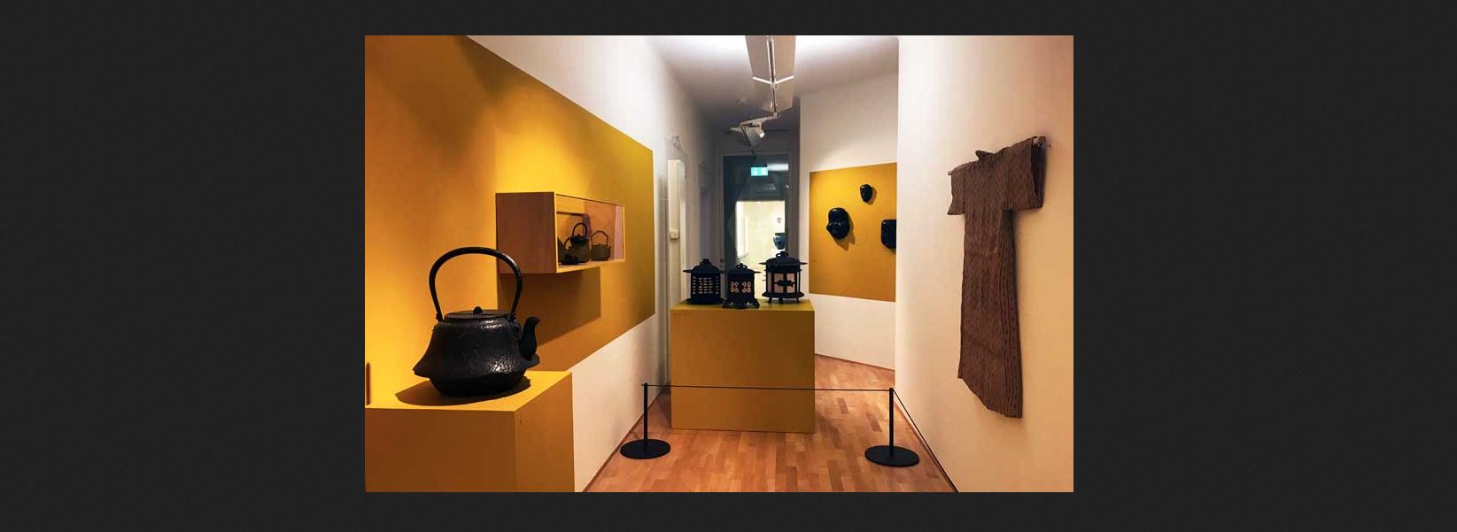 Giappone L'arte nel quotidiano, alcuni manufatti in mostra nella sala numero XVII del Museo Vincenzo Vela – Foto: MaSeDomani