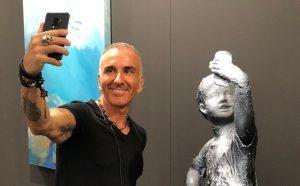 in foto Thomas Pacher accanto all'opera vincitrice