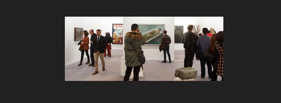 Visitatori ammirano una delle opere presentate ad ARCO 2016. Madrid.