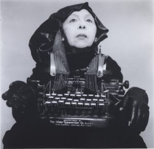 Geta Brătescu: Lady Oliver i rejseklæder, 1980-2012. Foto: Mihai Brătescu. © The Estate of Geta Brătescu Courtesy the Estate of Geta Brătescu, Ivan Gallery, Bucharest and Hauser & Wirth