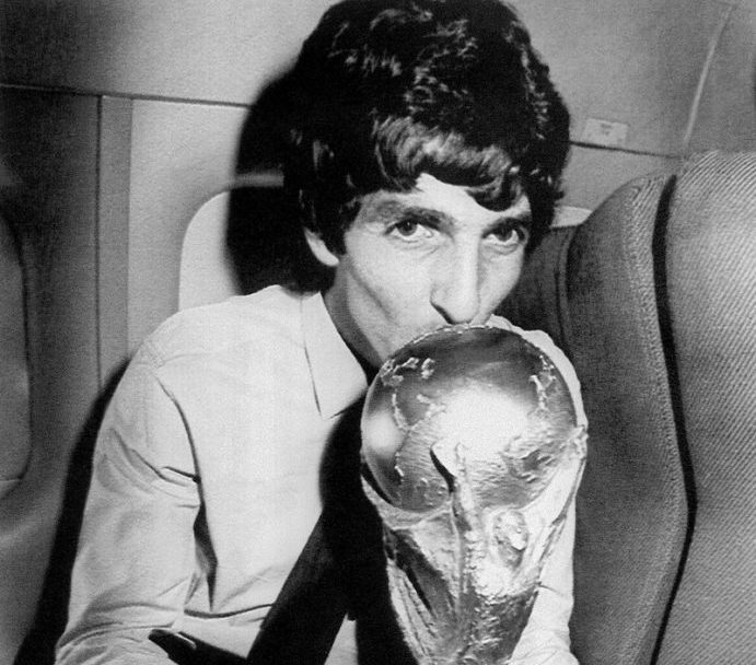 TO GO WITH AFP 2010 WORLD CUP PACKAGE IN ARABIC (FILES) Italy's star striker Paolo Rossi, who scored most of the goals that led the Italian soccer team to the World Cup championship, kisses the World Cup trophy while flying back to Rome with the team aboard Italian President Sandro Partini's private air force jet 12 July 1982. AFP PHOTO/UPI