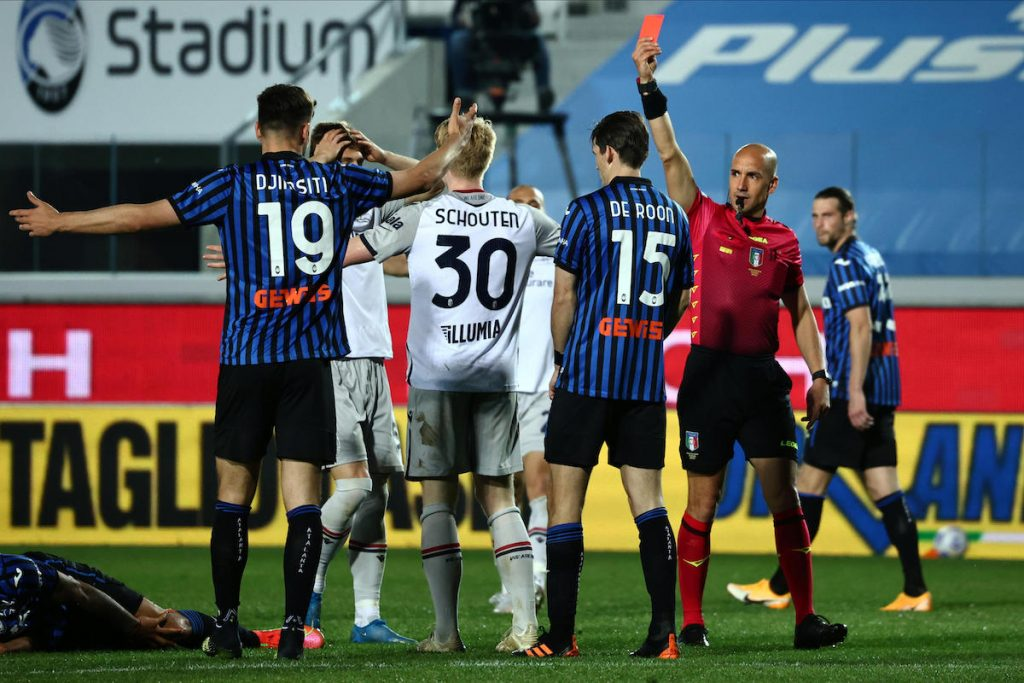 Referee Fabbri shows the red card to Bologna's Jerdy Schouten during the Italian Serie A soccer match Atalanta BC vs Bologna at the Gewiss Stadium in Bergamo, Italy, 25 April 2021. ANSA/PAOLO MAGNI