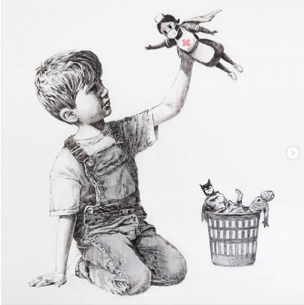 L'artista inglese Banksy ha voluto lasciare con una sua opera un personale tributo ai medici e agli infermieri del servizio sanitario britannico, il cosiddetto Nhs, impegnati nella lotta al coronavirus. Si tratta di un disegno, grande circa un metro quadrato, che è stato appeso vicino al pronto soccorso dell'ospedale di Southampton, Inghilterra meridionale, in accordo coi vertici dell'istituto. L'opera vede ritratto un bambino che gioca con alcuni supereroi e fra questi prende in mano un pupazzo con le sembianze di una infermiera e tanto di mascherina: questo a significare l'eroismo mostrato dal personale sanitario nella pandemia che ha sconvolto il Paese. ANSA/BANKSY