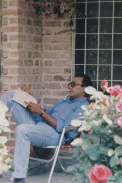 Abbas Kiarostami devant sa maison © D.R.