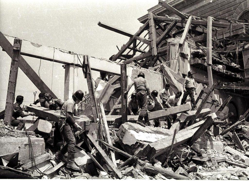 19800802-STRAGE DI BOLOGNA: ATTENTATO TERRORISTICO ALLA STAZIONE CENTRALE DI BOLOGNA. Nella foto: Soccorritori a lavoro. ANSA ARCHIVIO 97543